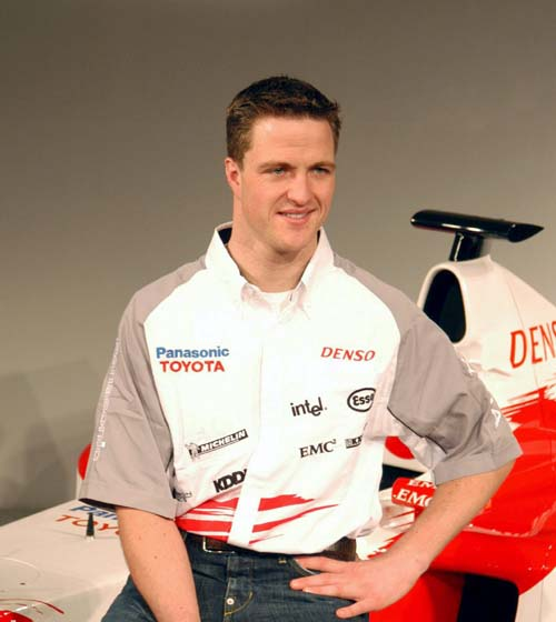 图文-F1丰田车队展示新车拉尔夫在新车前摆酷