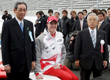 图文-小舒马赫驾车巡游富士赛道面带微笑信心十足