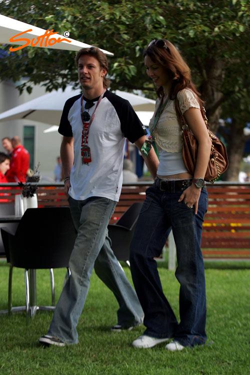 图文-F1澳大利亚站首次练习巴顿携女友进入赛场