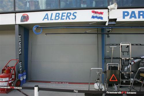 独家图片-米纳尔迪出席周五练习紧闭的车队维修间