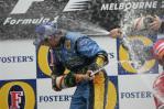 图文-F1澳大利亚站颁奖仪式冠军躲闪不及