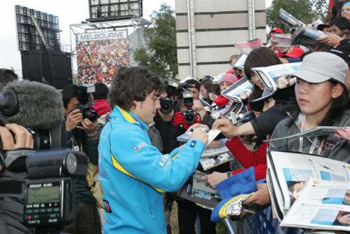 独家图-F1澳大利亚站车手赛前秀阿隆索签名留念