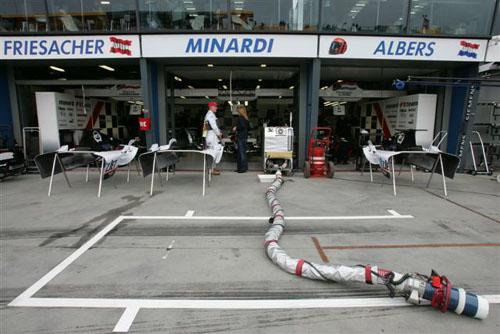 独家图-F1澳大利亚站车手赛前秀米纳尔迪很轻闲