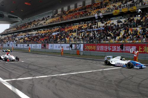 图文-全锦赛上赛场扫描雷诺方程式发车