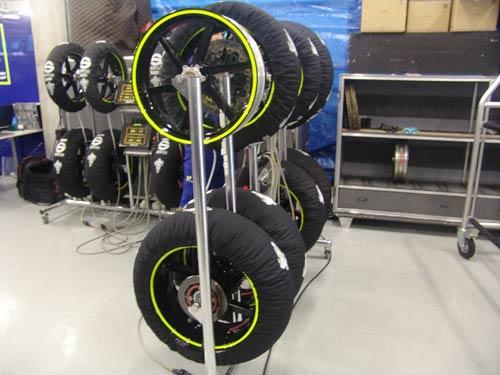 图文-MOTOGP中国站正式拉开帷幕雨胎暖胎架