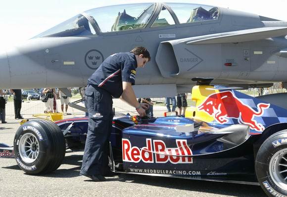 F1战车VS鹰狮战机狂暴红牛再次为四轮捍卫荣誉