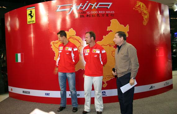 图文-法拉利F1中国站媒体见面会舒米被场外车迷吸引