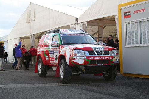 图文-帕拉丁车队备战达喀尔拉力赛周勇战车接受车检