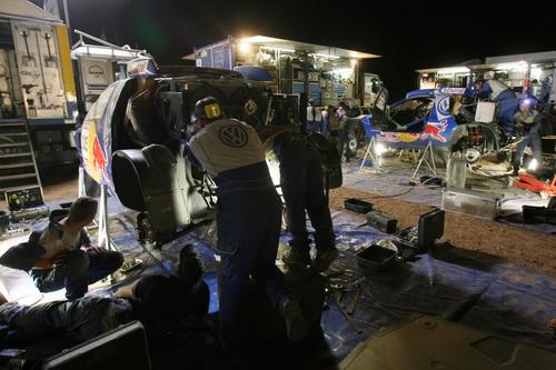 图文-大众途锐车队达喀尔生活夜间检修途锐赛车