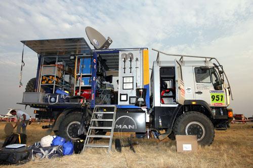 图文-大众途锐车队征战达喀尔大众电视转播卡车