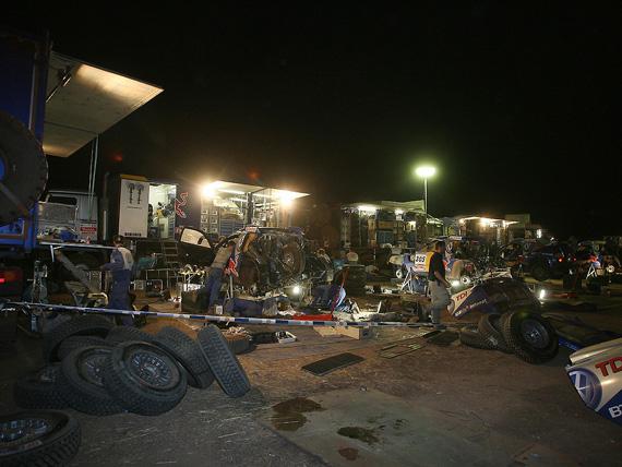 图文-大众车队征战达喀尔大众车队夜间检修赛车