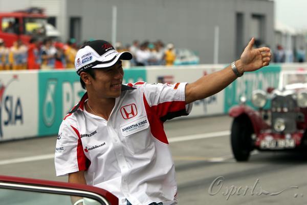 图文-大赛在即车手轻松上阵佐藤琢磨问候车迷