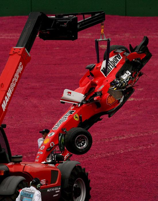 图文-F1澳大利亚站精彩图片舒马赫的破车被吊起
