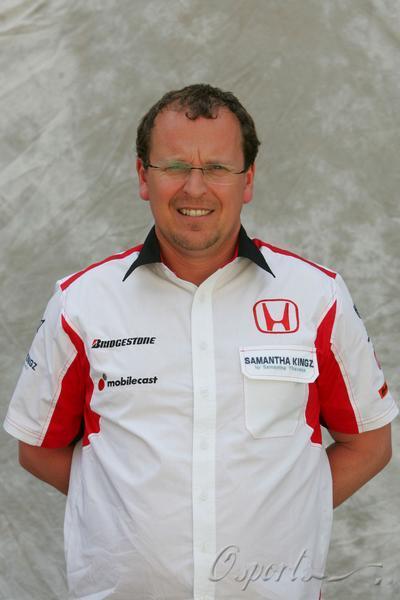 图文-超级亚久里F1车队全家福车队财务总监汉弗莱