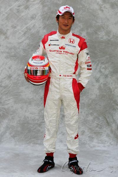 图文-超级亚久里F1车队全家福井出有治的标准正照