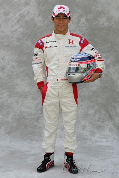 图文-超级亚久里F1车队全家福佐藤琢磨的标准正照