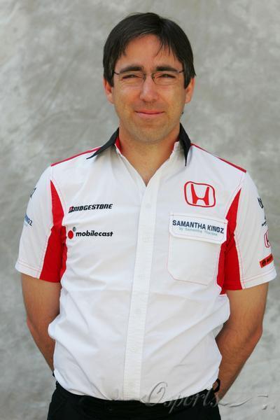 图文-超级亚久里F1车队全家福技术总监普雷斯顿
