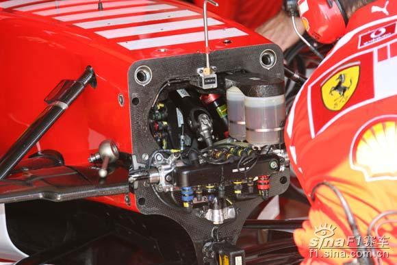 现场特写法拉利抢修赛车前悬挂内部结构一览无余高清图片