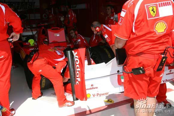 现场特写法拉利抢修赛车 一位机械师手持前翼总成 赛车 f1 高清图片
