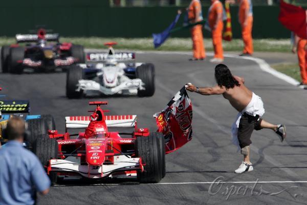 图文-F1圣马力诺站舒马赫夺冠狂热车迷为车王挥旗