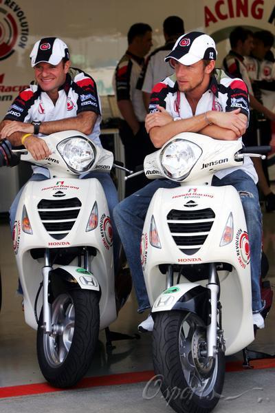 甲乙两地相距360千米_甲乙两人均骑摩托车