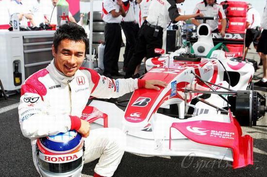 图文-F1超级亚久里SA06揭幕佐藤琢磨留个纪念