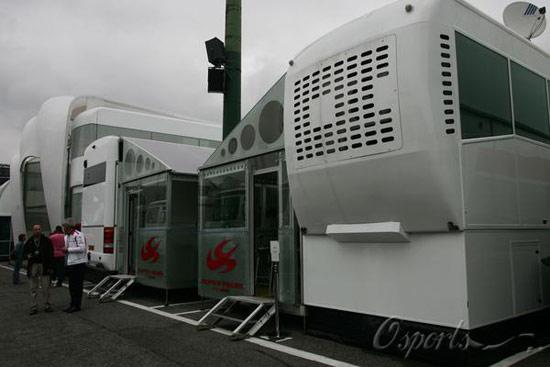 图文-F1匈牙利站二次练习赛阴云下的亚久里总部