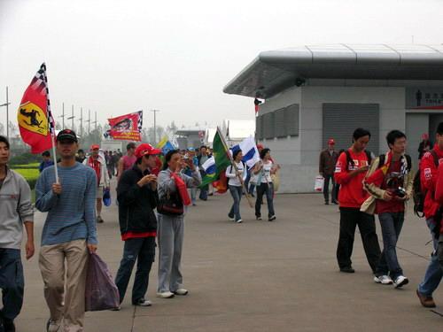 图文-F1中国站赛前小雨来袭车迷蜂拥入场