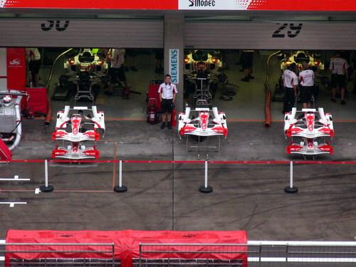 图文-F1中国站赛前小雨来袭亚久里车队维修间