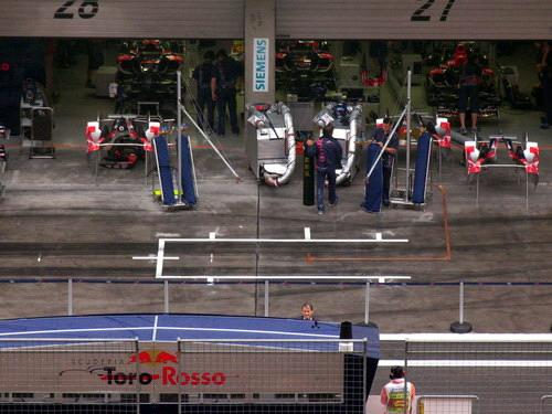 图文-F1中国站赛前小雨来袭红牛二队维修间