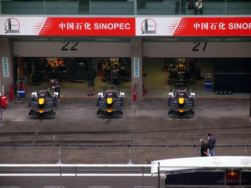 图文-F1中国站赛前小雨来袭红牛车队维修间