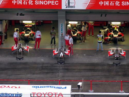 图文-F1中国站赛前小雨来袭丰田车队维修间