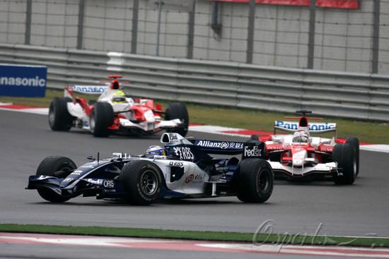图文-F1中国站正式比赛威廉姆斯超越丰田