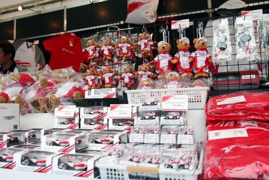 图文-F1日本大奖赛在即丰田车队商品专柜