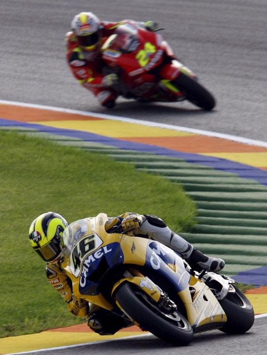 图文-MotoGP瓦伦西亚收官站罗西与队友埃里亚斯