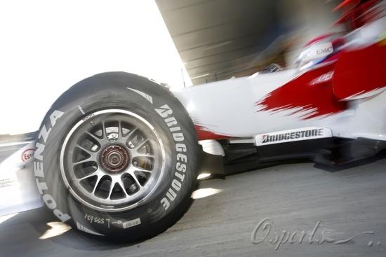图文-F1车队赫雷斯赛道试车(12.6)丰田赛车出舱