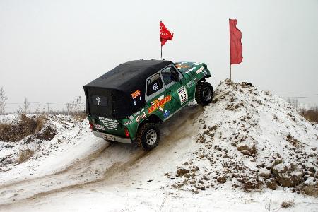 哈尔滨演中俄汽车争霸赛 雪地爬坡挺艰难高清图片