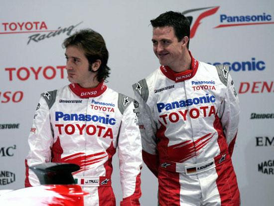 图文-F1丰田车队发布新车拉尔夫与特鲁利悄悄话