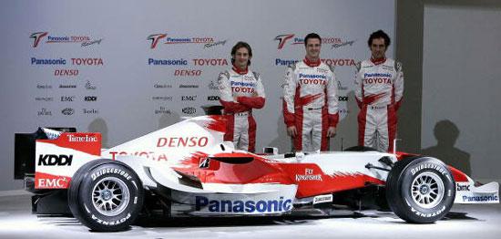 图文-F1丰田车队发布新车三位车手伴随新车左右