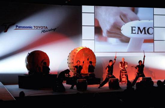 图文-F1丰田车队发布新车发布仪式现场表演