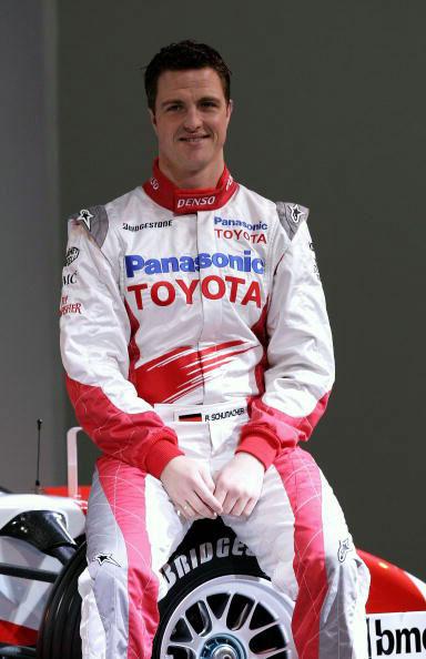 图文-F1丰田车队发布新车小舒马赫稳坐轮胎上
