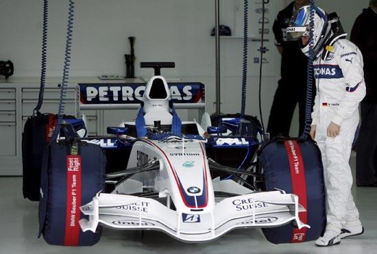 图文-F1宝马新车F1.07首次测试海德菲尔德进入战舱