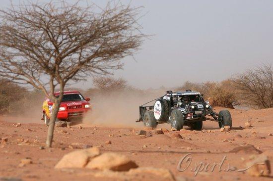 图文-达喀尔拉力赛第10赛段不同赛车结伴而行