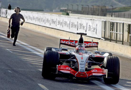 图文-F1迈凯轮首次测试MP4-22技师狂奔追阿隆索