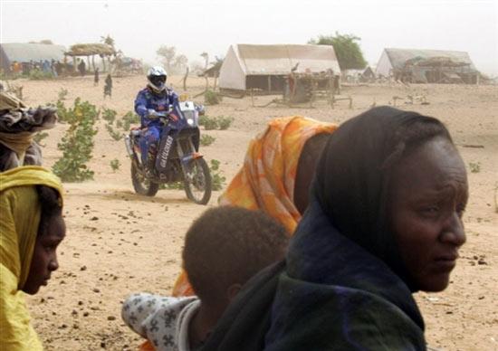 图文-达喀尔拉力赛第12赛段普约尔骑过非洲部落