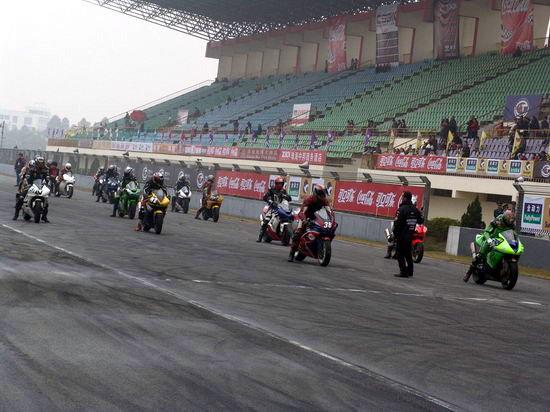 图文-泛珠首日超级摩托车赛发车前气氛紧张