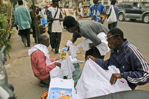 图文-达喀尔拉力赛带来商机商贩摆摊出售T恤衫