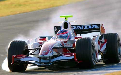 图文-F1车手19日训练图佐藤琢磨车后一片浓烟滚滚