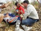 图文-达喀尔拉力赛第13赛段医务人员给科马打针