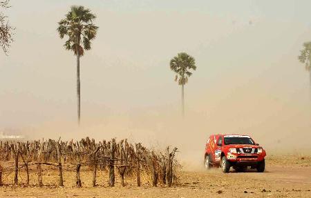 图文-达喀尔拉力赛第十三赛段卢宁军驾车奔驰